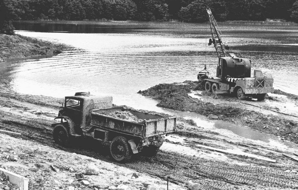 """""""Hærværk"""". Soldater fra Farum Kaserne graver i brinken af Bagsværd Sø i 1963.."""